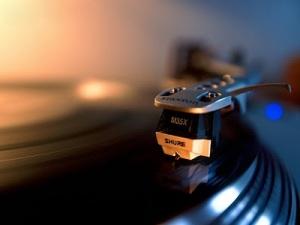 disco-de-vinil-tocando-2f093