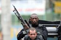 Policiais realizam operação no Complexo de Favelas da Vila Cruzeiro, na zona norte do Rio de Janeiro.