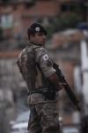 CIDADES- BELO HORIZONTE - MG - POLICIA MATA MORADOR DO AGLOMERADO DA SERRA APOS UMA SAIDINHA DE BANCO E MORADORES REVOLTADOS COLOCAM FOGO EM ONIBUS E JOGAM PEDRAS NA PM .  FOTO JOAO MIRANDA / O TEMPO 26-11-12