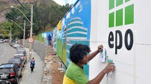 Tapumes decorados no Complexo Comercial da EPO, na Avenida Raja Gabaglia, no Bairro Santa Lúcia, na tendência desde 2011