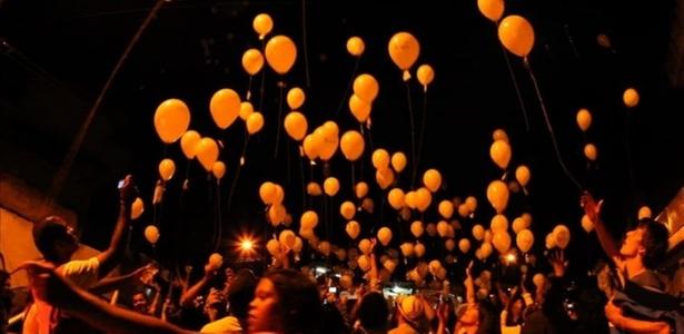 baloes-sao-soltos-no-ar-carregando-papeis-com-poesia-em-seu-interior-em-evento-do-sarau-da-cooperifa-na-zona-sul-de-sao-paulo-13042011-1303257614818_615x300
