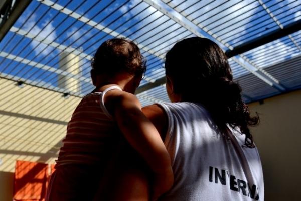 Detentas da Penitenciária Feminina de Cariacica, com suas filhas, que permanecem com as mães, mesmo dentro da prisão