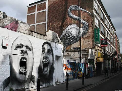 O polêmico grafite com dois homens gritando