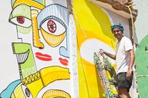 O grafiteiro Wagner Braccine o Waguinho finaliza um de seus desenhos na regiao da pampulha
